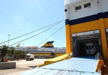 corsica_ferries_mega_express_five_unloading
